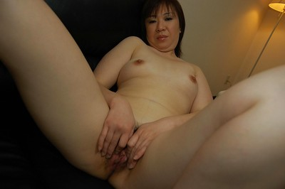 Corpulent oriental MILF Junko Takeyama posing bare and widening her beneath lips