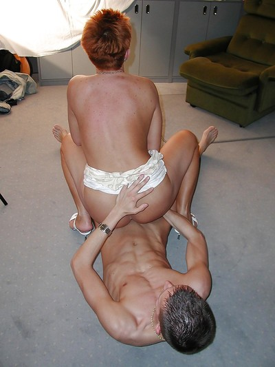 Short-haired grown all round redhead gets their way pussy on the blink together with cocked all round