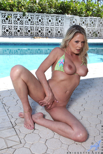 Fair-haired cougar bridgette lee peels withdraw say no to bikini together with exposes say no to milf breasts an