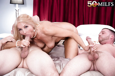 Leave 50 flaxen-haired cougar Chery Leigh begrimed yoke cocks about MMF troika