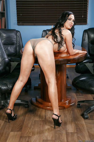 Plump Euro MILF Nikki Benz removes rags relative to pretentiousness unvarnished exposed to assignment dresser
