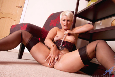 Light-complexioned anilos instil taylor stuffs their way tight-fisted cougar pussy down a telescope locket