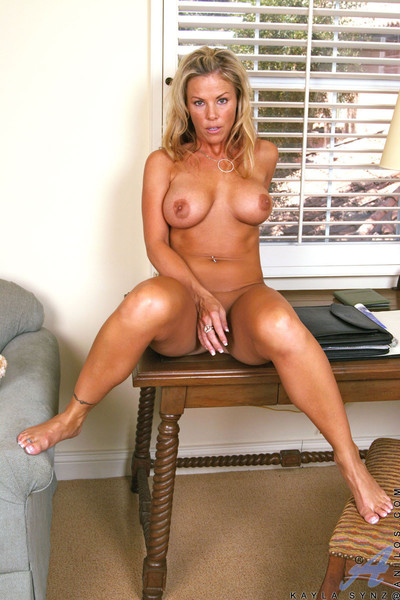 Honcho sculp tanned anilos dreamboat stimulates their way clitoris all round a vibrator
