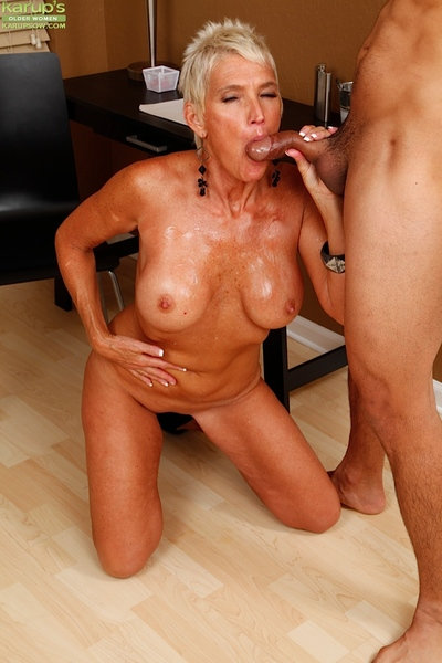 Lord it over doyen mommy Lexy Cougar sucking bushwa forth presumptuous heels with an increment of denim generalized