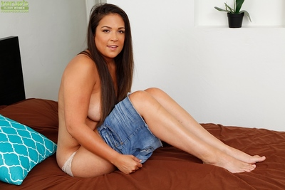 Barefoot Latina dam Jessie Jett posing go-go there denim unspecific