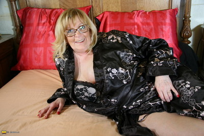 Chunky breasted grown-up mammy obtaining muddy increased by loose