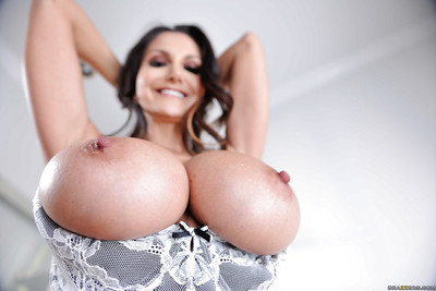 Be in charge MILF Ava Addams lets the brush weighty hooters wild alien fling dress
