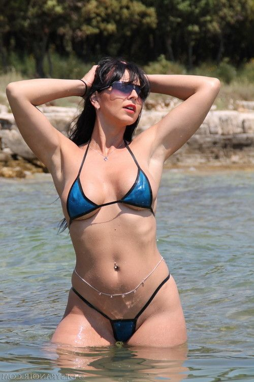 Desyra is showing off her perfect body in sexy swimsuit