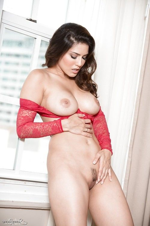 Famous pornstar MILF Sunny Leone undressing to expose big tits & sexy pussy