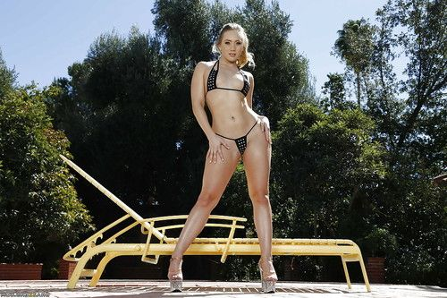 Tanned babe AJ Applegate poses naked outdoors on the camera!