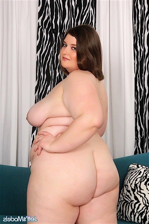 Sexy fatgirl saphire strips off her red bikini and spreads her l