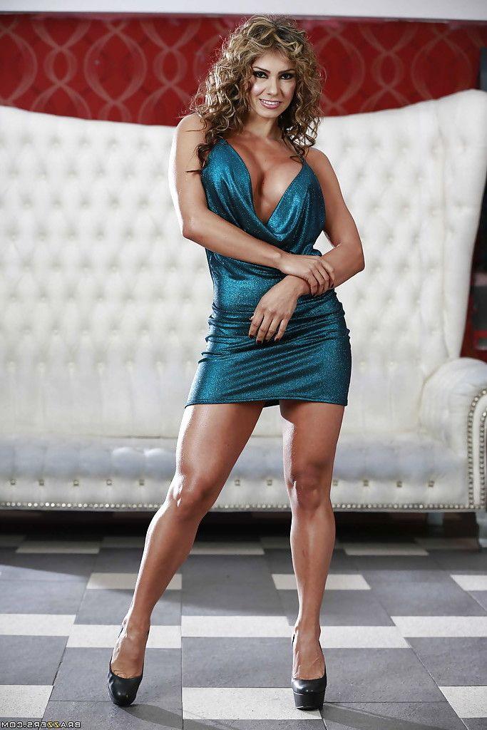 Curvy blonde cougar Esperanza Gomez unleashes big juggs