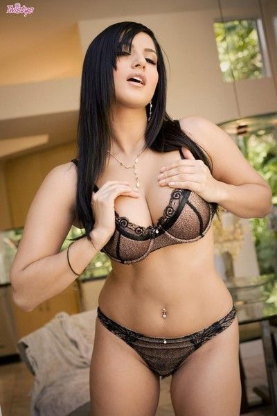 Black haired babe sunny leone with big hooters and shaved snatch removes her lin