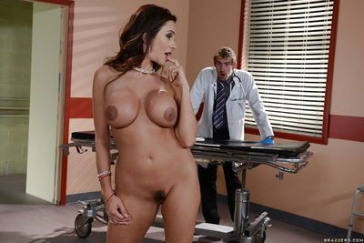 Buxom Latina Ariella Ferrera is nailed in trimmed cunt by doctor