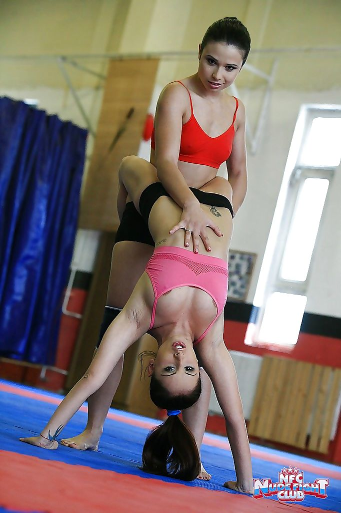 Sporty chicks fight on a wrestling floor for a lesbian domination
