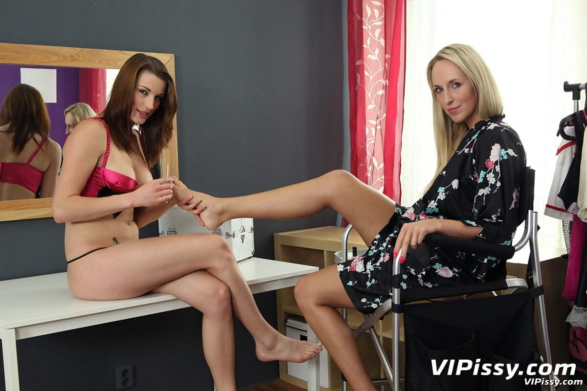Lesbian MILFs Jenny Simons & Victoria Daniels play foot and water sports games