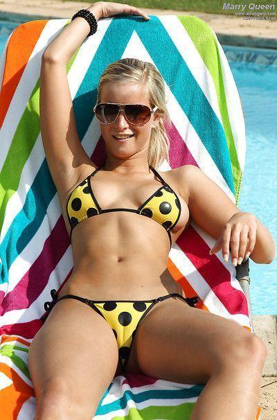 Ravishing amateur blonde taking off her bikini and teasing her cunt
