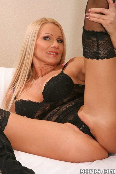 Mature babe Winnie shows her big tits and feels her pink hole