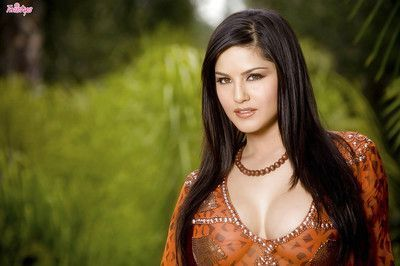Curvy MILF Sunny Leone masturbating her sweet pussy outdoor